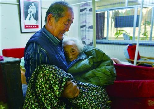 照顾瘫痪老伴 七旬老人自造爱情电梯【十大感人爱情故事】