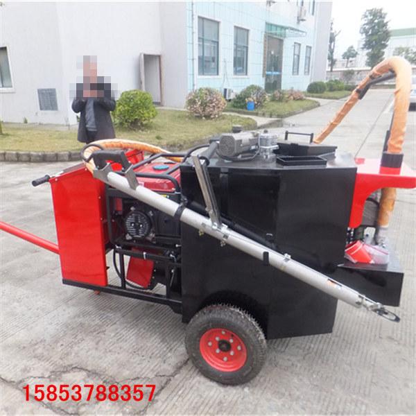 大型沥青胶填缝机拖挂式路面补缝机的施工视频